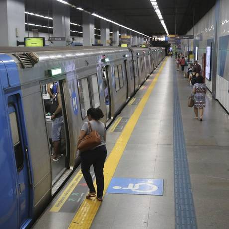 Cena antes rara. Plataforma de metrô quase vazia durante a tarde: sistema perdeu 30,6 milhões de viagens pagas de janeiro a setembro deste ano, em comparação com 2016 Foto: Custódio Coimbra / Agência O Globo
