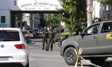 Militares reforçam patrulhamento perto do Arsenal de Guerra do Rio Foto: Marcio Alves / Agência O Globo