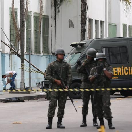 Exército faz perícia no local onde duas pessoas foram mortas na sexta-feira Foto: Marcia Foletto / Marcia Foletto
