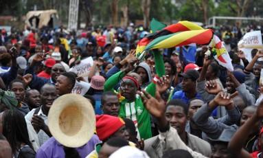 Uma multidão pediu no sábado a renúncia do presidente do Zimbábue, Robert Mugabe, numa marcha em Harare. Os manifestantes comemoravam a intervenção militar que afastou Mugabe do poder, após 37 anos Foto: - / AFP