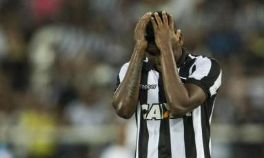 Torcedores realizaram protesto contra o Botafogo Foto: Guito Moreto / Agência O Globo