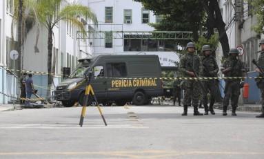 Militares fazem perícia na Rua Monsenhor Manuel Gomes, onde duas pessoas morreram após carro tentar furar blitz em frente ao Arsenal da Marinha, no Caju Foto: Márcia Foletto / Agência O Globo