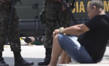 Familiares e amigos dos mortos estão no local onde o Exército realiza perícia, no Caju Foto: Márcia Foletto / Agência O Globo
