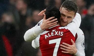 Autores dos dois gols, Mustafi e Sanchez celebram a vitória sobre o rival após o jogo Foto: DAVID KLEIN / REUTERS