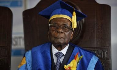 O presidente do Zimbábue, Robert Mugabe, participa de uma cerimônia de formatura na Universidade Aberta do Zimbábue, em Harare Foto: Ben Curtis / AP