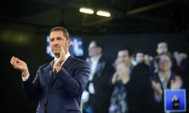 Aliado próximo do presidente Emmanuel Macron, Christophe Castaner aplaude após seu discurso ao ser eleito líder do A República em Marcha (LDEM) Foto: Laurent Cipriani / AP