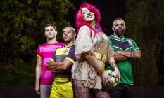 'Mascote' do time, a drag queen Barvara posa entre jogadores Foto: Leo Martins / Agência O Globo