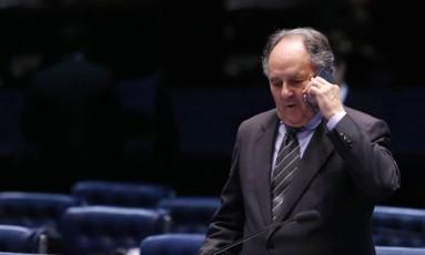 Cristovam está numa saia justa Foto: Michel Filho / Agência O Globo