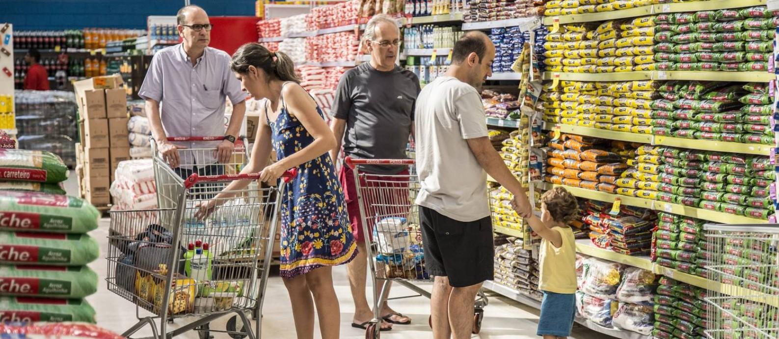 Carrinho mais cheio. Os preços dos alimentos caíram 5,1% nos últimos 12 meses, itens que chegam a pesar até 29% no orçamento das famílias de renda mais baixa Foto: Hermes de Paula / O Globo