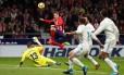 Kevin Gameiro quase marcou para o Atlético sobre o Real no clássico de Madri Foto: PAUL HANNA / REUTERS
