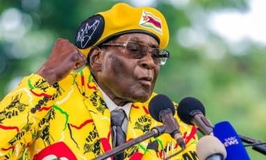 O presidente do Zimbábue, Robert Mugabe, discursa para membros de seu partido no início de novembro Foto: JEKESAI NJIKIZANA / AFP