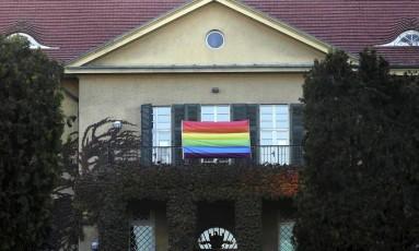 Uma bandeira de arco-íris foi colocada na Embaixada da Alemanha na capital da Turquia, Ancara, em apoio à comunidade LGBT Foto: ADEM ALTAN / AFP
