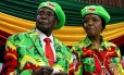 O presidente do Zimbábue, Robert Mugabe, e sua mulher Grace participam de um encontro da ala jovem do partido Zanu-PF em outubro Foto: Philimon Bulawayo / REUTERS