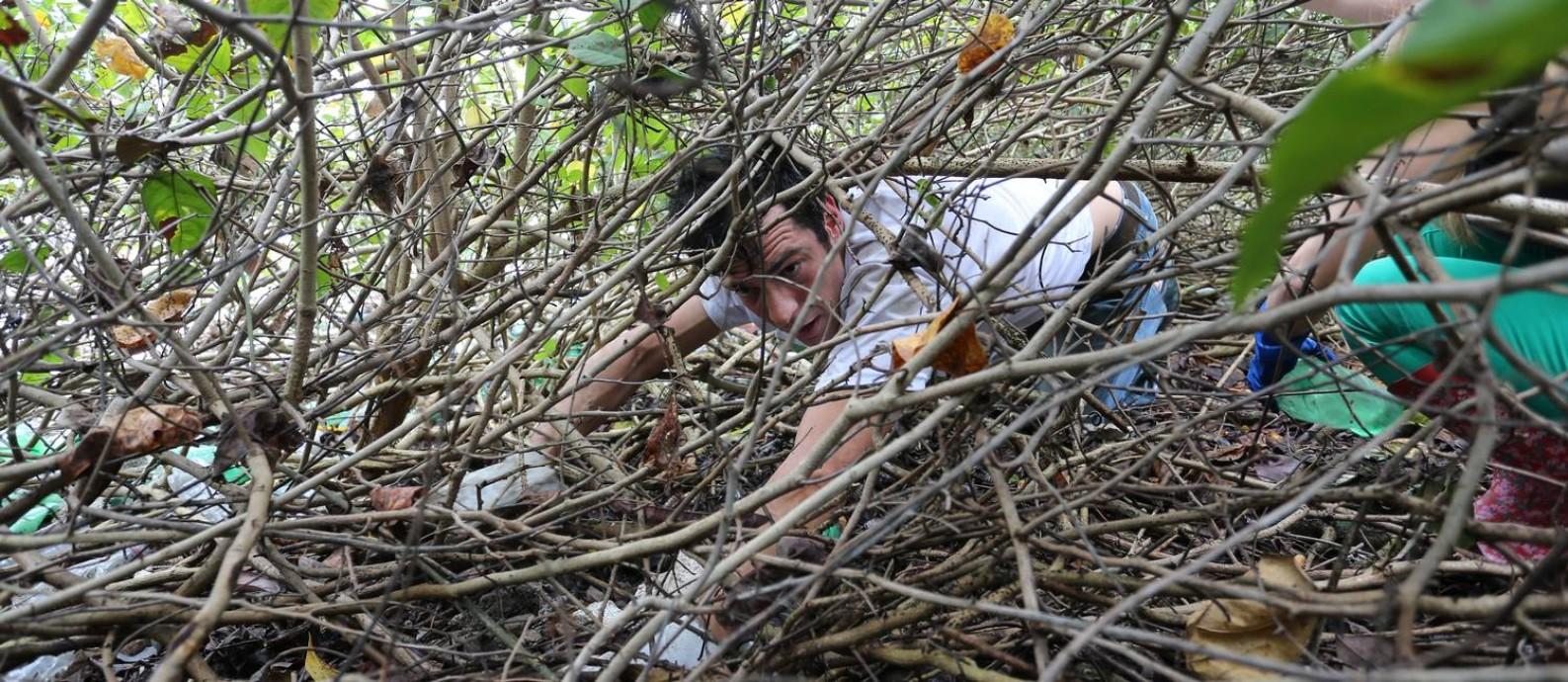 O ator Mateus Solano integra multirão de limpeza da lagoa de Marapendi, na Barra Foto: Marcia Foletto / Marcia Foletto