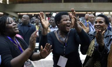 Membros do Zanu-PF comemoram destituição do presidente do Zimbábue, Robert Mugabe, do cargo de líder do partido Foto: PHILIMON BULAWAYO / REUTERS
