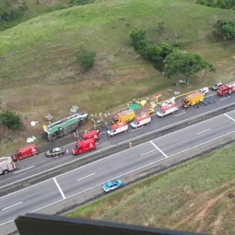 Tombamento do ônibus na Dutra causou engarrafamento de 4km Foto: Divulgação/PRF