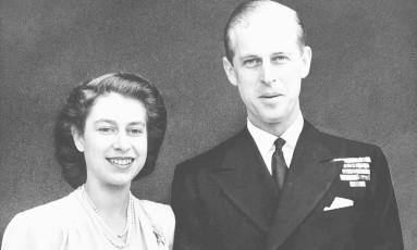 A herdeira do trono do Reino Unido, princesa Elizabeth, posa para foto com o seu noivo, Philip Mountbatten, anunciando seu noivado Foto: AP