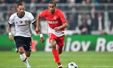 Jorge, à direita, em ação pelo Mônaco, marcado de perto por Ricardo Quaresma, do Besiktas, em partida da Liga dos Campeões Foto: BULENT KILIC / AFP