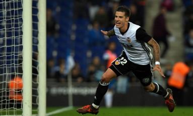 Santiago Mina comemora o segundo gol do Valencia sobre o Espanyol, que garantiu o time na vice-liderança isolada e próximo ao Barcelona no campeonato Foto: LLUIS GENE / AFP