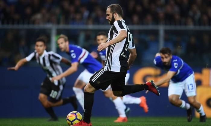 O Argentino Gonzalo Higuain Marca De Penalti No Fim Da Partida Contra A Sampdoria Marco Bertorello Afp