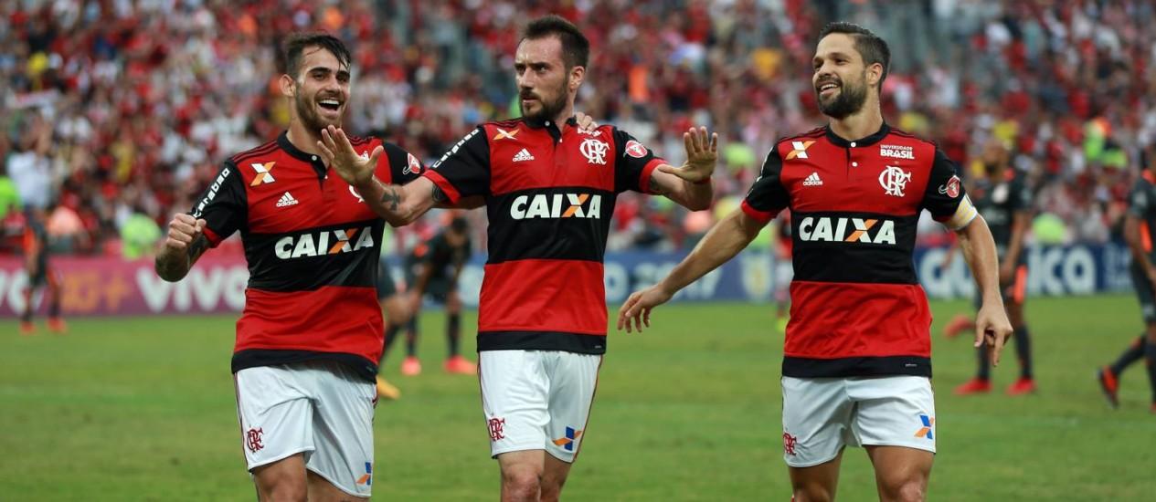 Jogadores do Flamengo comemoram o primeiro gol sobre o Corinthians Foto: Lucas Tavares / Agência O Globo
