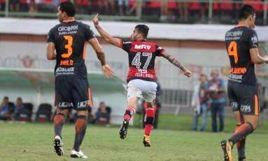 Felipe Vizeu mostra o dedo médio para Rhodolfo após marcar seu gol sobre o Corinthians Foto: Guilherme Pinto / Agência O Globo