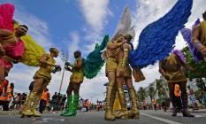 Casais gays desfilam fantasiados na Praia de Copacabana: festa LGBTI reuniu 800 mil na orla, segundo os organizadores Foto: CARL DE SOUZA / AFP