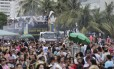 Multidão acompanha trio elétrico na parada LGBTI em Copacabana Foto: Alexandre Cassiano / Alexandre Cassiano