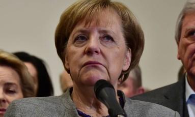 Merkel fala com a imprensa após rodada de negociações no domingo Foto: TOBIAS SCHWARZ / AFP