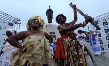 Iza e Toja em frente ao monumento a Zumbi, no Centro Foto: Paulo Nicolella / Agência O Globo