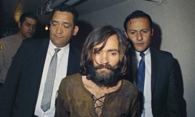 Manson é levado para audiência em 1969, acusado de liderar seita que cometeu assassinatos em Los Angeles Foto: AP