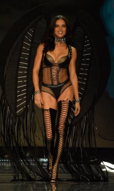 A angel brasileira Adriana Lima FRED DUFOUR / AFP