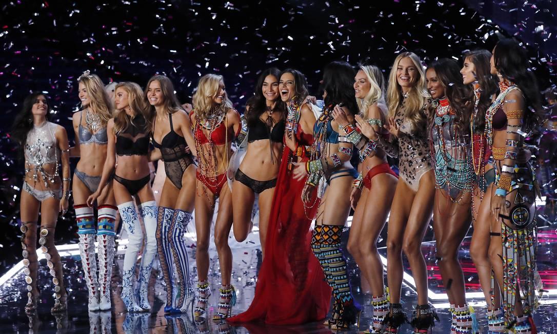 As tops da Victoria's Secret celebram o fim do desfile... Andy Wong / AP