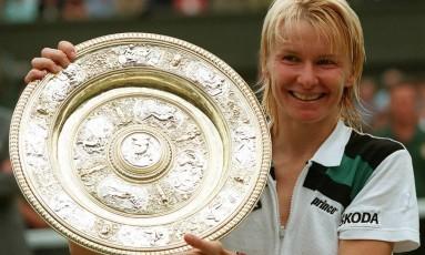 Jana Notovna exibe o troféu após conquista Wimbledon, em 4 de julho de 1998 Foto: DAVE CAULKIN / AP