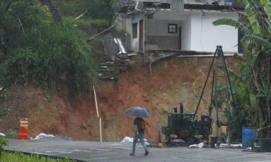Para fechar a cratera de 70 metros de profundidade e 30 metros de diâmetros foi fechada no último sábado, foram necessárias 2.500 toneladas de pó de pedra, carregardas em 323 viagens de caminhão Foto: Pedro Teixeira / Agência O Globo