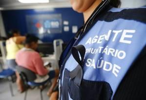 Funcionário de Clínica da Família usa fitinha de 'luto' em protesto contra falta de recursos Foto: Pablo Jacob / O Globo