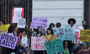 Passeata de mulheres na Cinelândia, contra projeto de lei 181, que impede todo tipo de aborto Foto: Domingos Peixoto / Domingos Peixoto