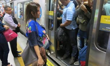 Na hora de rush, Ludmilla nem sempre conseguia embarcar no metrô Foto: Márcio Alves / O Globo