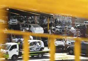 Carros são desmontados à beira da rodovia Presidente Dutra Foto: ANTONIO SCORZA / O Globo
