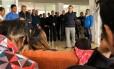 Familiares dos tripulantes desaparecidos em submarino argentino se encontram com presidente Mauricio Macri Foto: HO / AFP