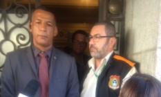 Valdeci Bastos da Costa barra a oficial de Justiça na porta da Alerj Foto: Chico Otavio/O GLOBO