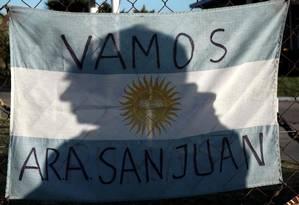 Mensagem de apoio a tripulantes em submarino argentino desaparecido é deixada em base naval de Mar del Plata Foto: EITAN ABRAMOVICH / AFP