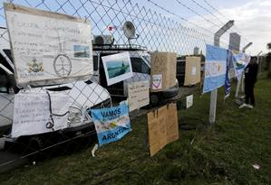 Cartazes com mensagens de apoio a tripulantes de submarino desaparecido foram deixadas em base naval de Mar del Plata Foto: Vicente Robles / AP