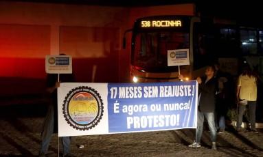 Grupo faz protesto em frente à garagem da Real, em Manguinhos Foto: Domingos Peixoto / Agência O Globo