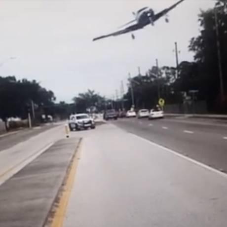 Câmera de viatura flagrou momento da queda do avião Foto: Reprodução/Facebook