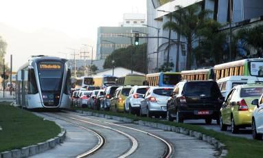 A Via Binário do Porto, na Zona Portuária, com trânsito intenso: segundo decreto da prefeitura do Rio, a via é uma das que está com proibição de circulação de caminhões e a operação de carga e descarga, das 6h às 21h, nos dias úteis Foto: Paulo Nicolella / Agência O Globo / Arquivo / 20/07/2017