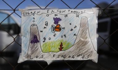 """Criança deixa desenho de submarino desaparecido na base naval de Mar del Plata com pedido às autoridades: """"Consigam encontrá-los, nós esperamos"""" Foto: Vicente Robles / AP"""