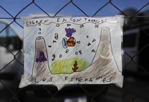 Criança deixa desenho de submarino desaparecido na base naval de Mar del Plata com pedido às autoridades: