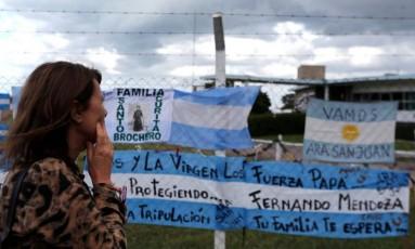 Parentes fizeram homenagem aos 44 tripulantes do submarino ARA San Juan na área externa da Base Naval Argentina Foto: MARCOS BRINDICCI / REUTERS