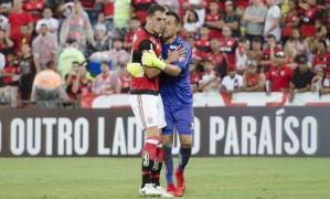 Diego Alves segura Rhodolfo, que tentava brigar com Felipe Vizeu Foto: Delmiro Junior / Raw Image / Agência O Globo